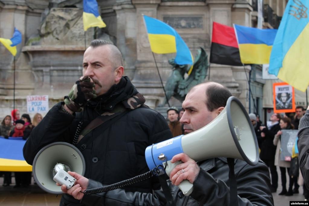 Оперний співак Василь Сліпак (ліворуч) під час мітингу у столиці Франції проти агресії Росії. Париж, 28 лютого 2016 року