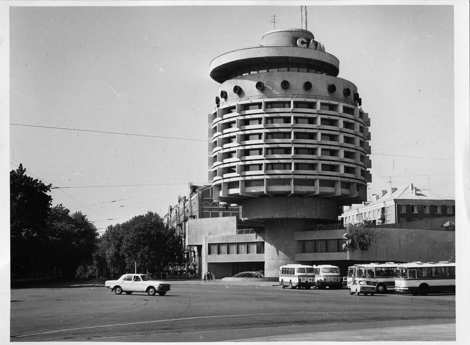 Отель «Салют», Киев.Архитекторы: А. Милецкий, Н.И. Логоцкая, В.Г. Шевченко, 1982–1984 годы