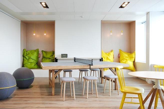 espace détente avec sièges, banquettes et coussins