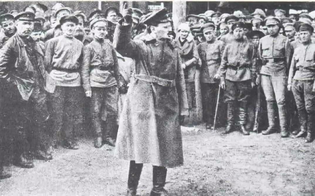 Голова Реввійськради РСФРР Лев Троцький перед червоноармійцями