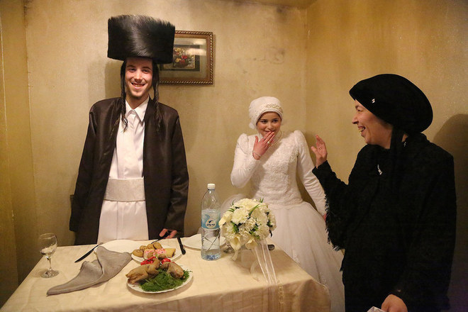"""Tác phẩm """"First Time"""" (Lần đầu tiên) của Agnieszka Traczewska đạt giải nhì. Bức hình ghi lại khoảnh khắc sau đám cưới của một cặp vợ chồng ở Jerusalem, Israel."""