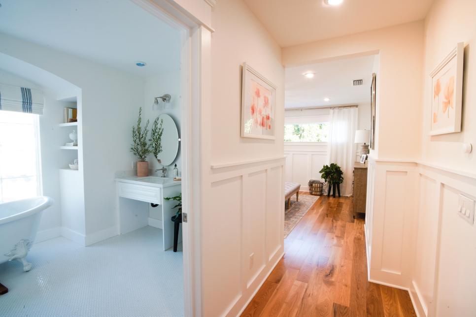 Inspirasi kamar tidur dengan akses kamar mandi tanpa pintu - source: hgtv.com