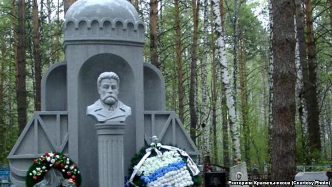 Памятник на могиле одного из основателей Новосибирска Н.М. Тихомирова, его захоронение нашли в 70-х годах при ремонте коммуникаций у Александро-Невского собора