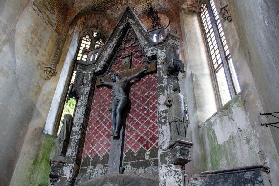 Алтарь в заброшенном костеле Св. Яна Непомука (с. Турильче, Тернопольщина) уцелел только потому, что фигуры здесь не деревянные