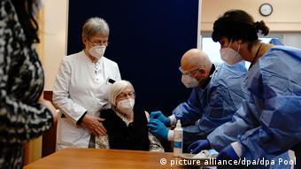 Жительнице Берлина в возрасте 101 год делают прививку от ковида