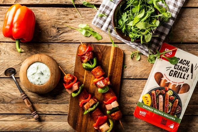 Obraz zawierający stół, drewniane, żywność, tablicaOpis wygenerowany automatycznie