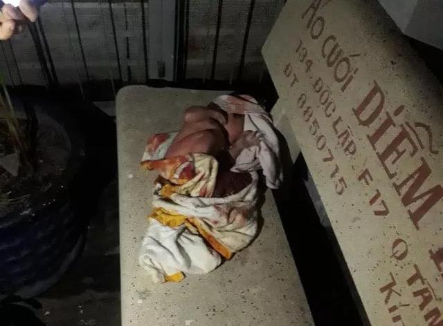 TP.HCM: Một bé sơ sinh bị bỏ rơi trên ghế đá - Ảnh 1