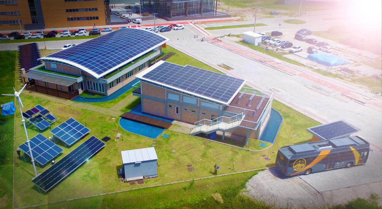 Baterias do ônibus são alimentadas pelo saldo de energia solar gerado pelos telhados do Centro de Pesquisa e Capacitação em Energia Solar Fotovoltaica da UFSC. (Fonte: UFSC/Reprodução)