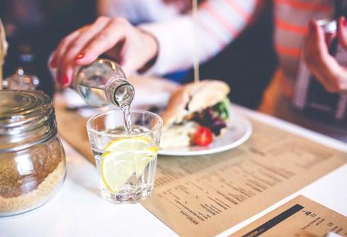 Uống nước trong khi ăn không gây hại như nhiều người vẫn nghĩ 1