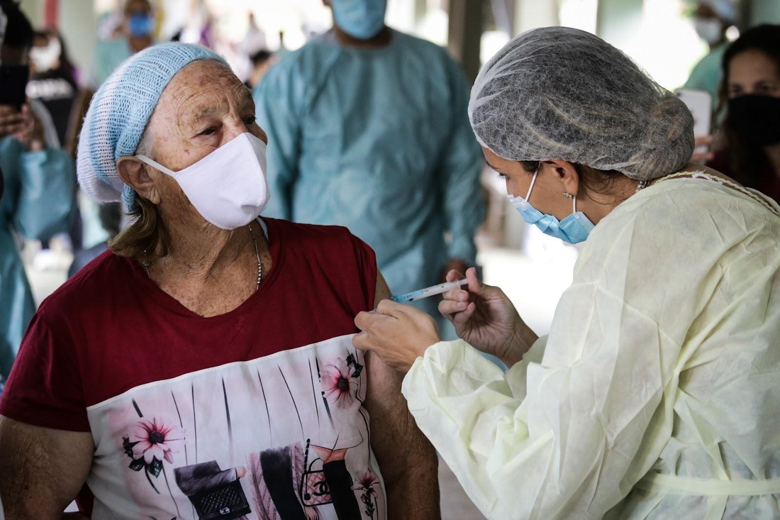 Idosos moradores de asilos estão no grupo prioritário de vacinação. (Fonte: Agência Brasília/Breno Esaki/Reprodução)
