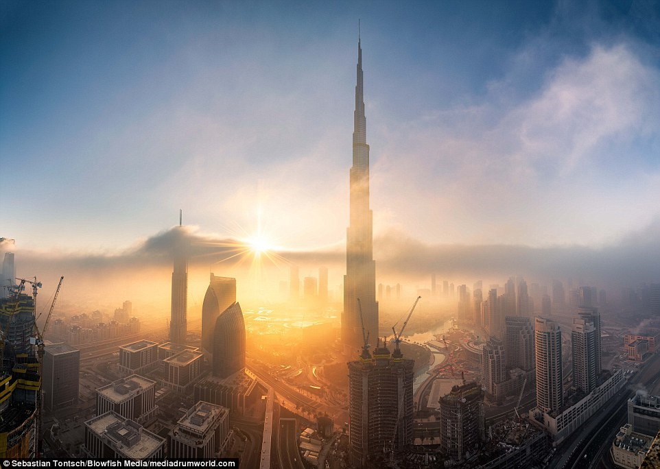 Nhung toa nha choc troi o Dubai huyen ao trong suong hinh anh 2
