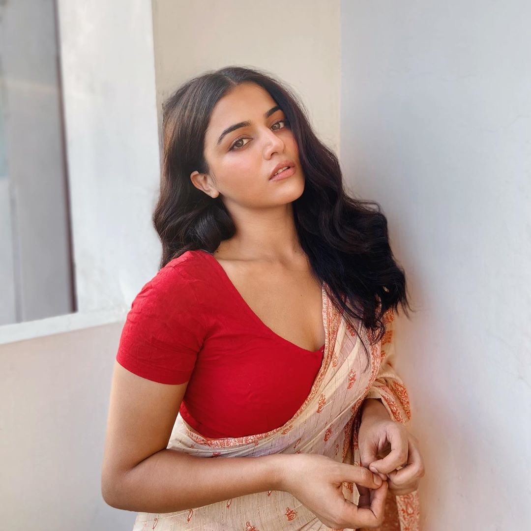 Wamiqa Gabbi exposed her hot cleavage in the saree with a red blouse Navel Queens