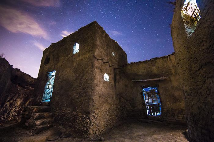 Pueblo abandonado de Chorrillo de Alhamilla con cielo iluminado