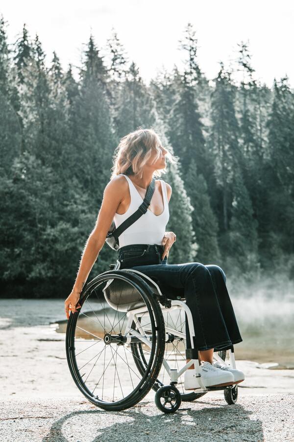 foto de uma mulher loira cadeirante