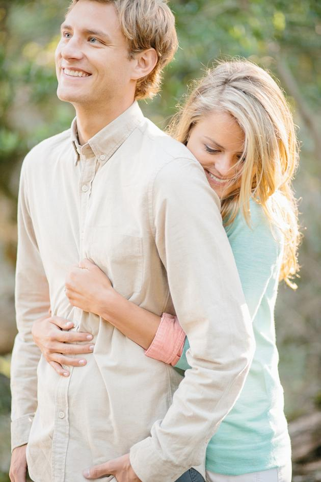 20-Non-Cheesy-Poses-for-Your-Engagement-Shoot-Bridal-Musings-Wedding-Blog-1