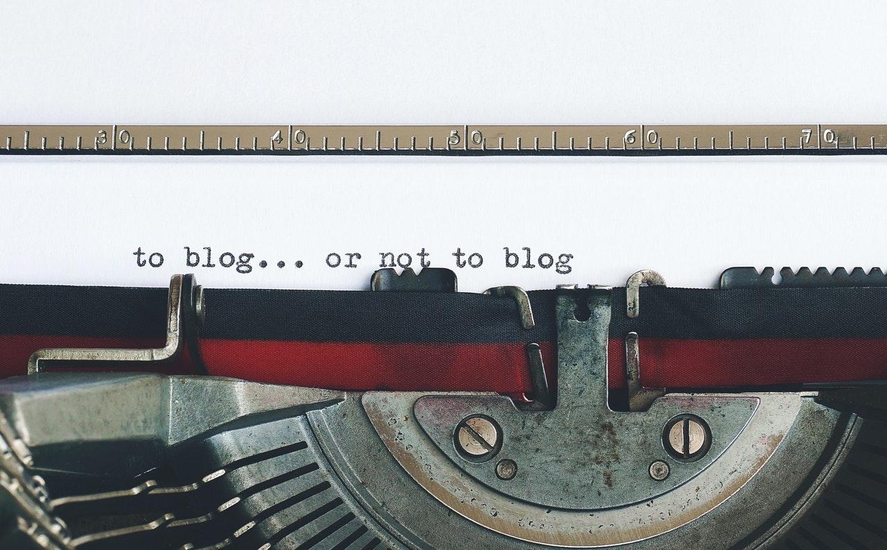 Oude typemachine met blog of niet blog geschreven op papier