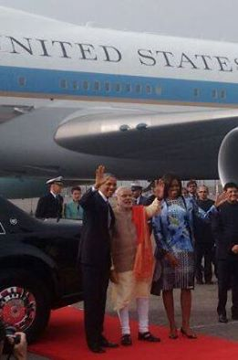 OBAMA IN INDIA: ओबामा हवाई अड्डे से निकल कर होटल की ओर रवाना हो चुके हैं. http://bbc.in/1xRS4PT