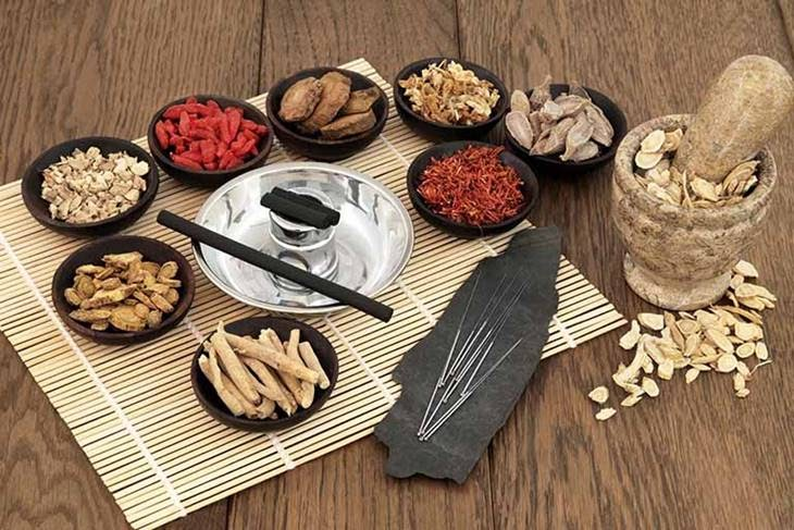 Phương pháp Đông Y sử dụng các loại thảo mộc thiên nhiên để điều trị mụn ẩn tại nhà