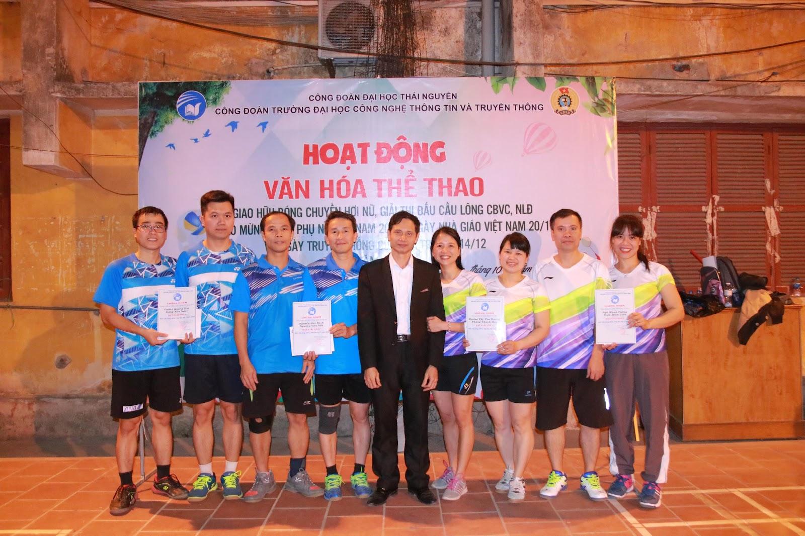 TS. Vũ Đức Thái – Phó Hiệu trưởng, Chủ tịch Công đoàn trường trao giải nhất cho các đội tham dự.