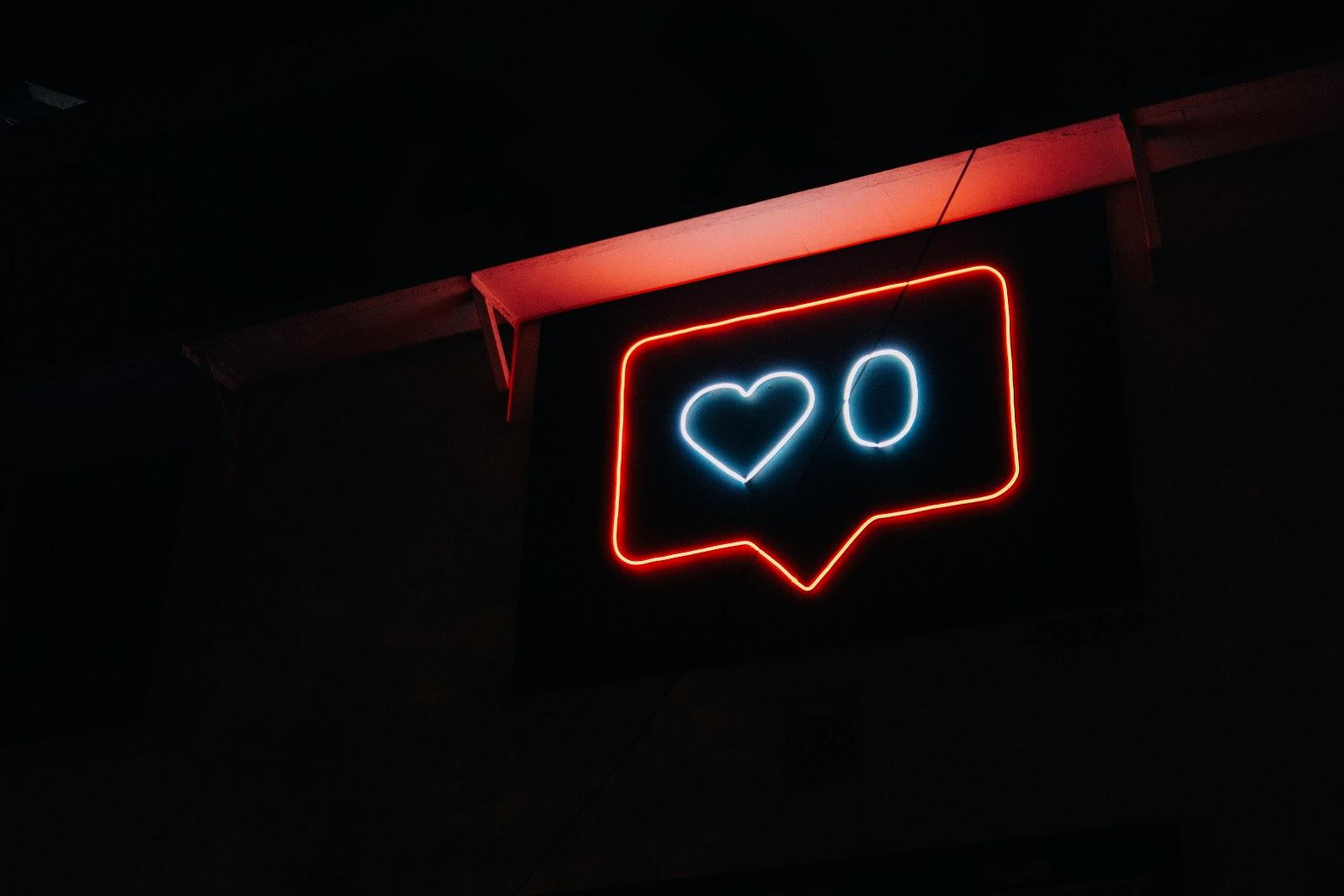 Signe néon en forme de notification de « j'aime »selon le style d'instagram.