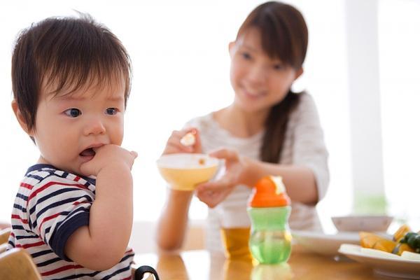"""Việc ép bé ăn chỉ khiến bé thêm """"sợ"""" khi nhìn thấy đồ ăn"""