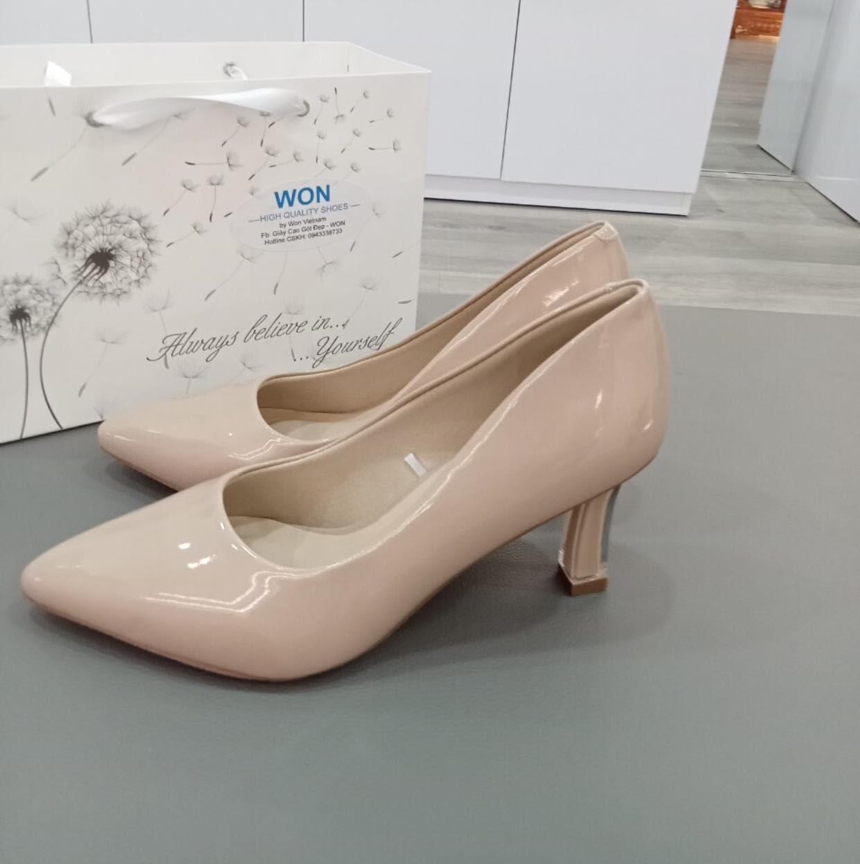 Có thể là hình ảnh về giày cao gót và hoa