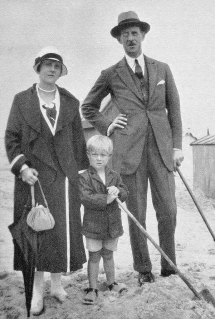 বাবা প্রিন্স অ্যান্ড্রু এবং মা প্রিন্সেস অ্যালিস অফ ব্যাটেনবার্গের সাথে শিশু প্রিন্স ফিলিপ