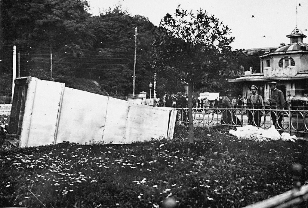 Розбитий бюст Тараса Шевченка на Царській (Європейській) площі. Серпень-вересень 1919-го
