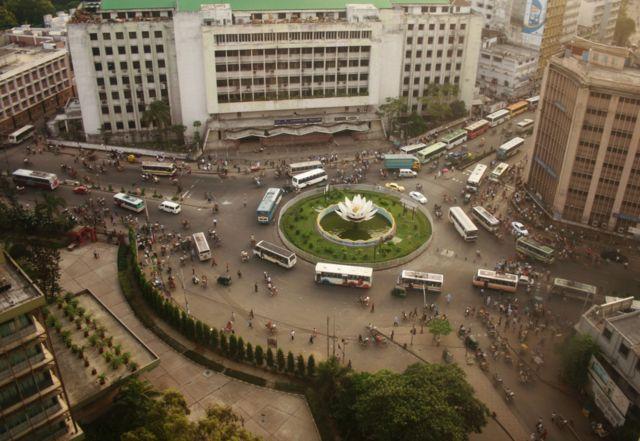 Вид на площадь Шапла в финансовом районе Дакки с верхнего этажа Банка Бангладеш