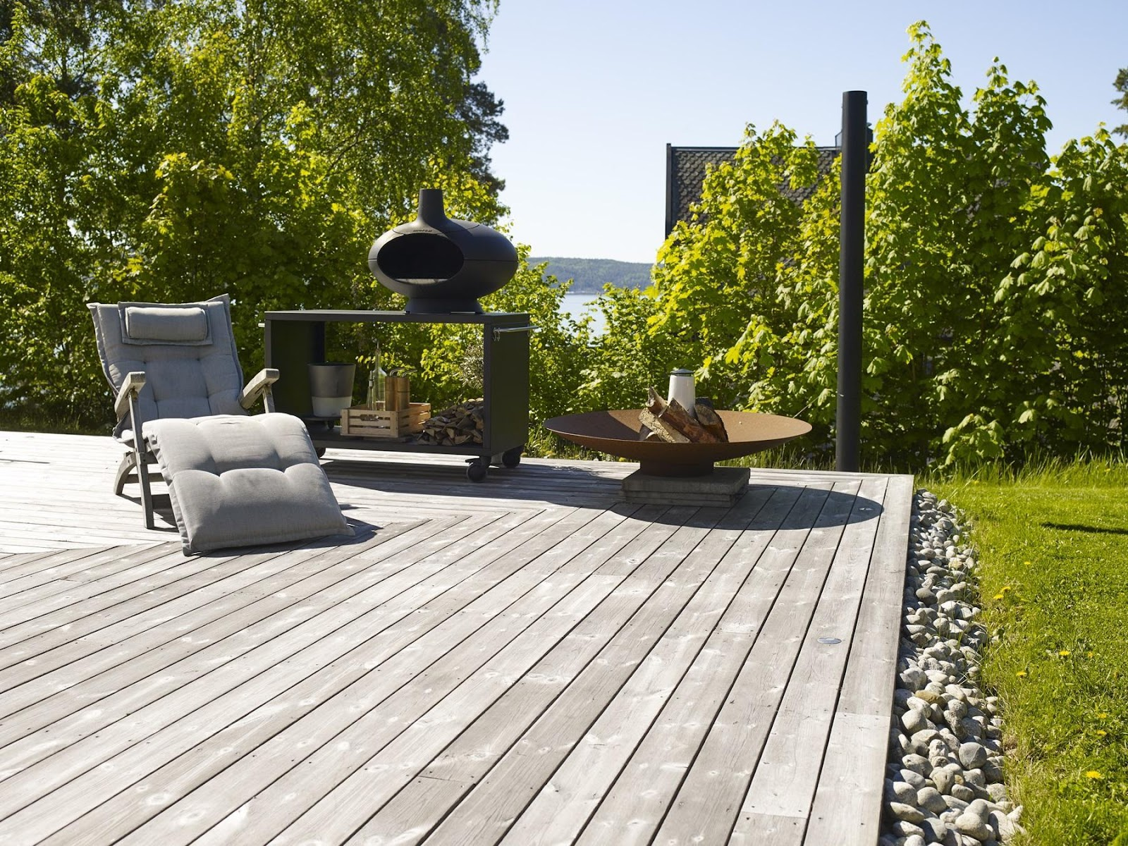 Kebony terrassebrædder giver en naturlig overgang fra hus til natur