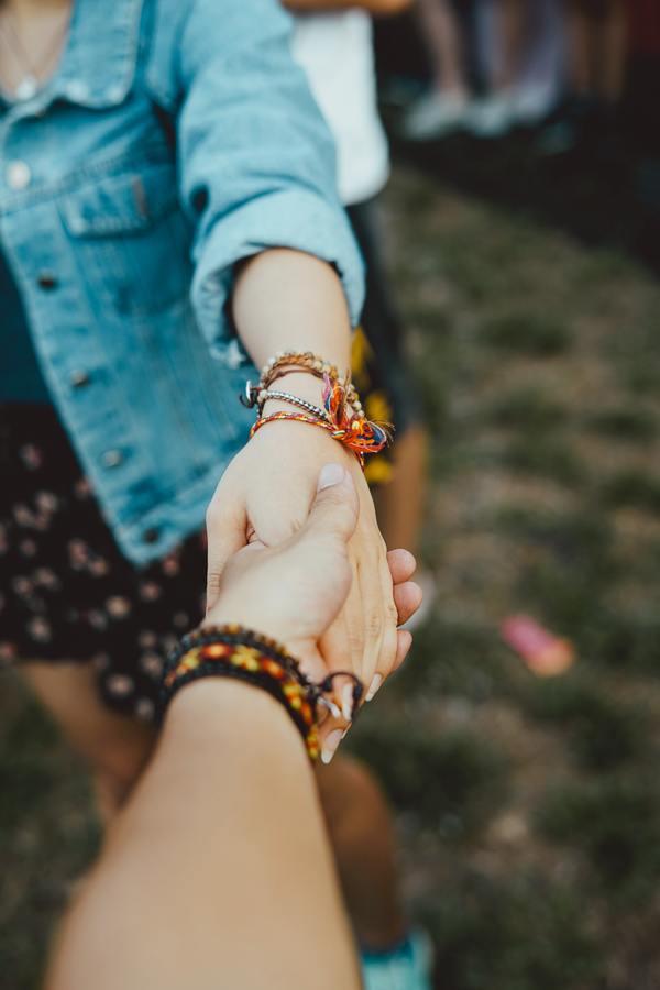 foto de duas pessoas dando as mãos