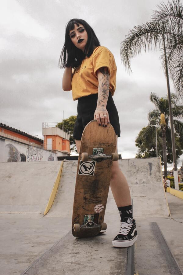 menina posando com skate