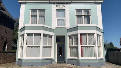 Afbeelding met gebouw, buiten, huis, venster  Automatisch gegenereerde beschrijving