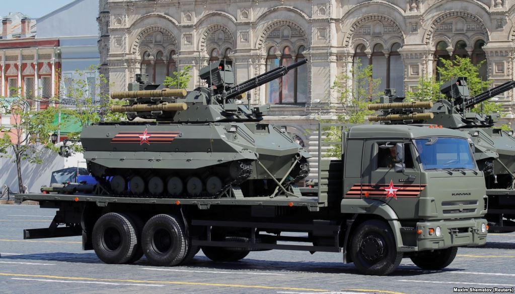 10-тонная машина была поставлена на вооружение в Сирии, но в процессе ее эксплуатации обнаружился целый ряд недостатков. Самый серьезный из них – в бою робот часто теряет связь с управлением.