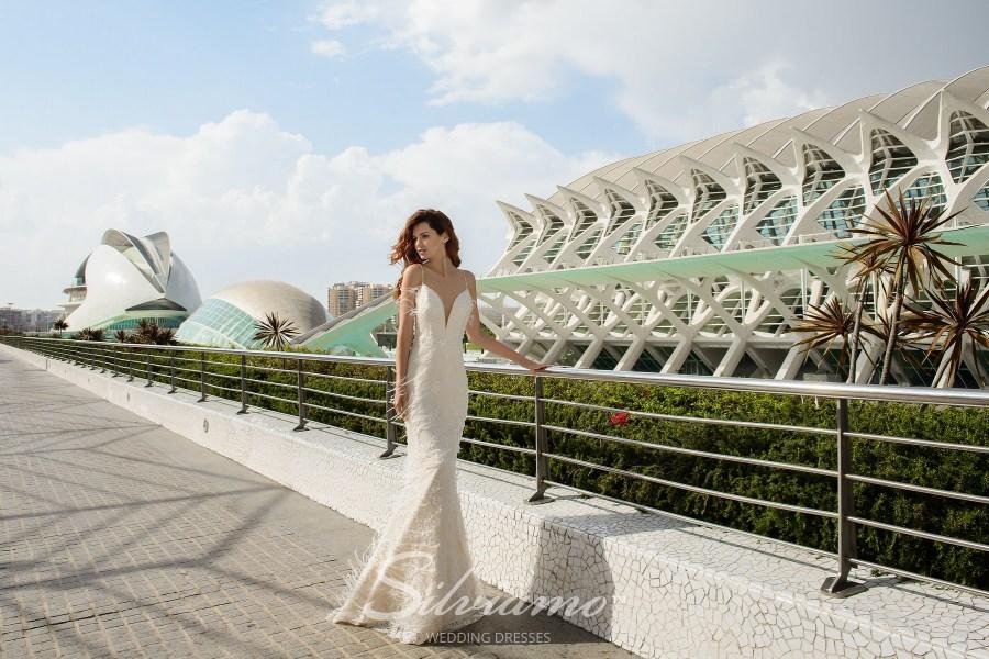 Весільну сукню рік на бретелях