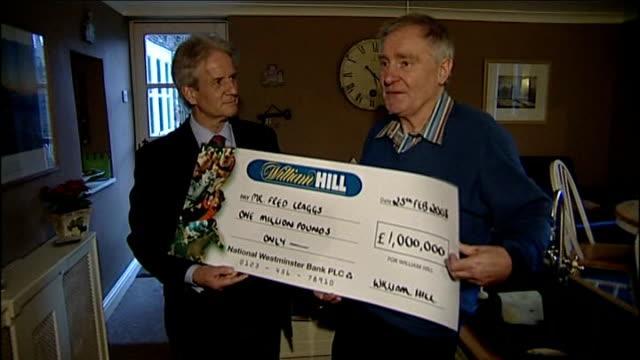 Fred Craggs odbierający czek na milion funtów od bukmachera William Hill