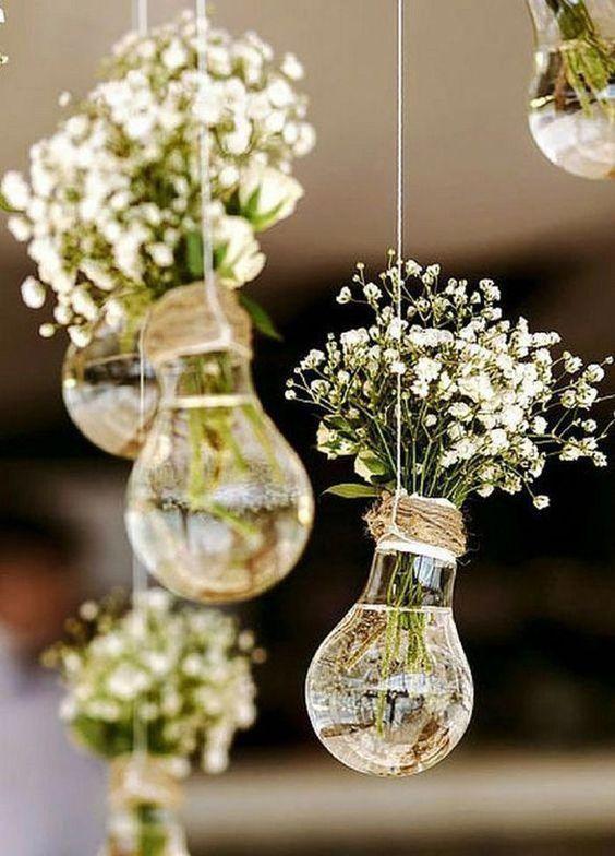 A képen virág, váza, asztal, beltéri látható  Automatikusan generált leírás