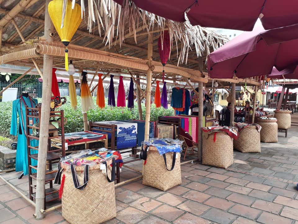 Khu trưng bày nhiều món qùa ý nghĩa tại Hồ Văn