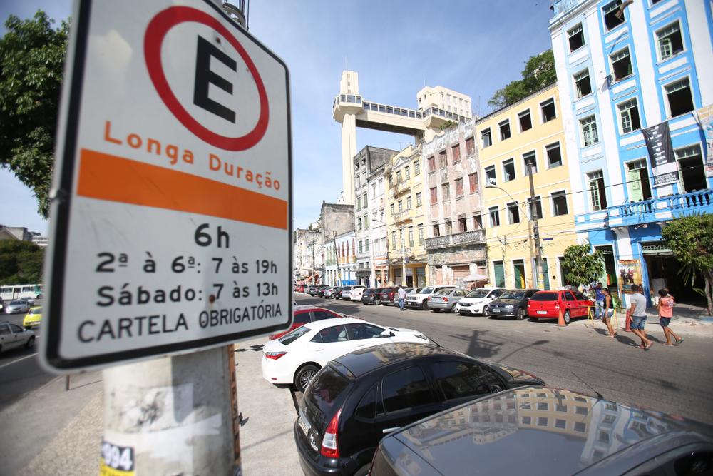 Quando cobrado, estacionamento público é mais barato que tarifa de transporte público na maioria das capitais brasileiras. (Fonte: Shutterstock)