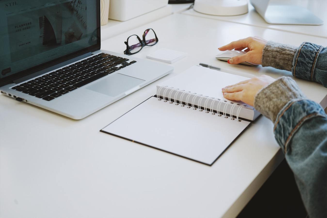 Poste de travail avec ordinateur et agenda
