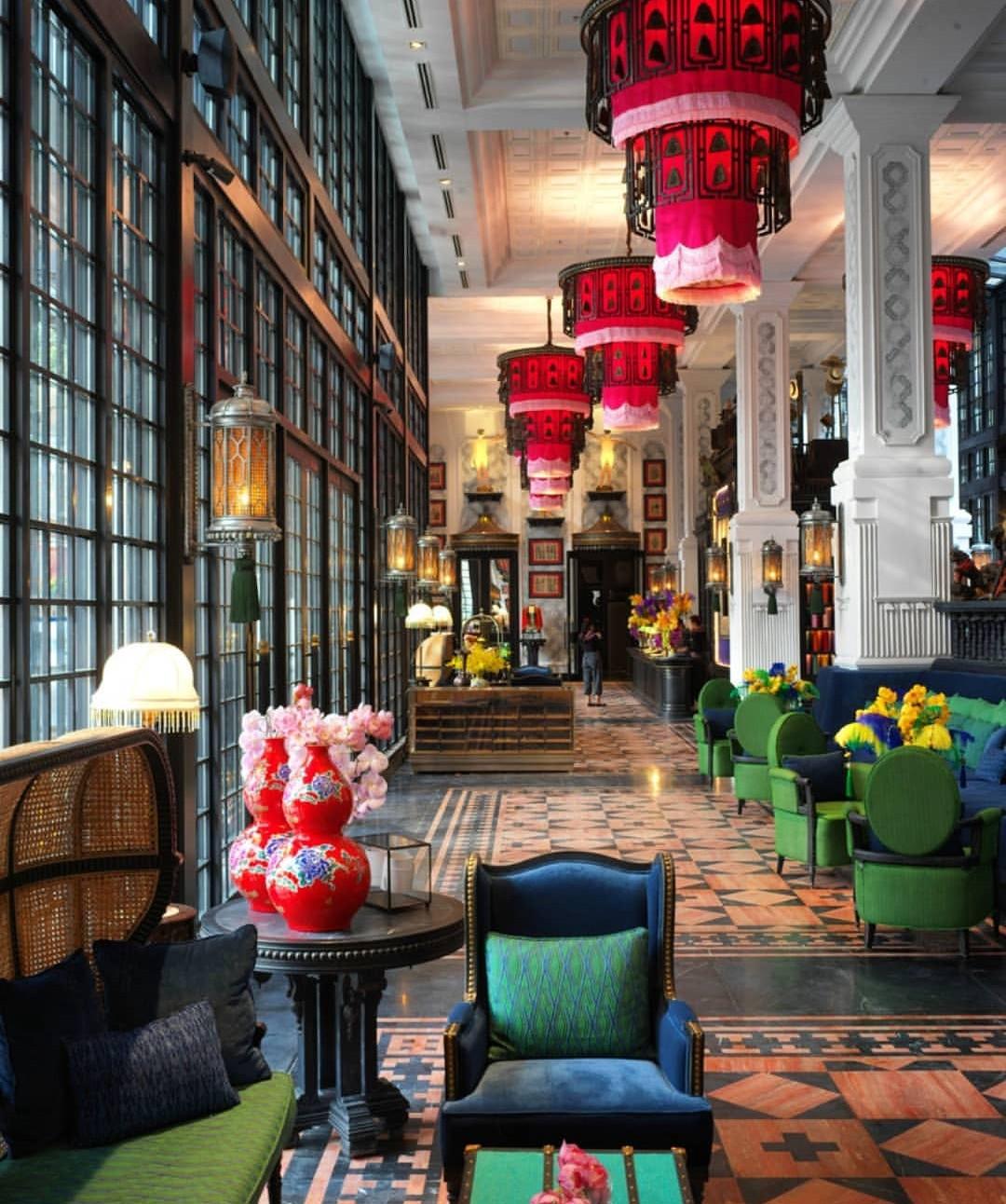 Perpaduan warna pada interior hotel bergaya Oriental China - source: medium.com