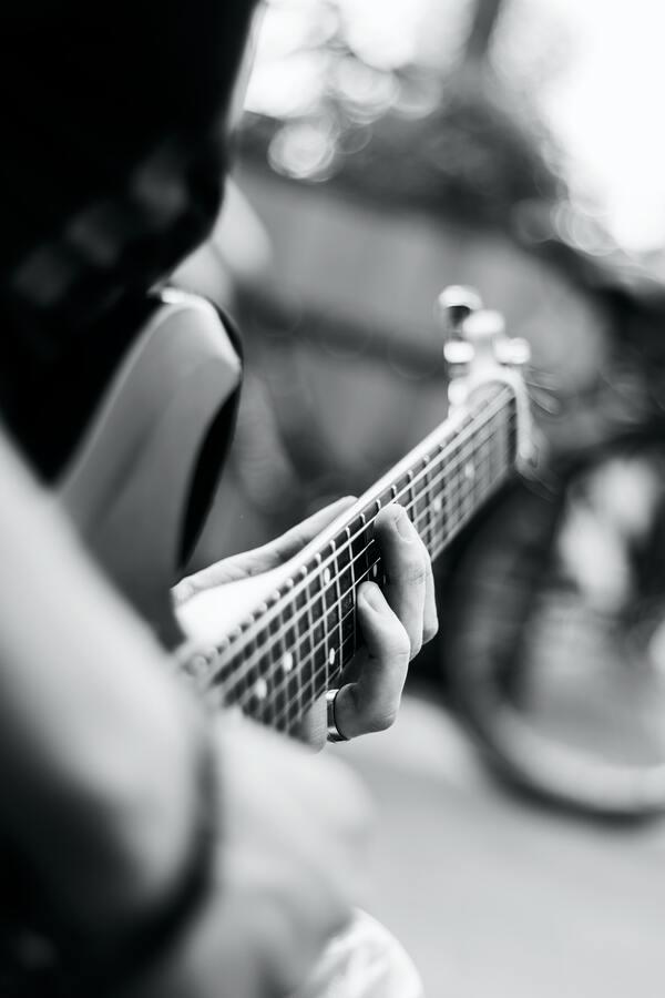 Foto de uma pessoa tocando um violão ou uma guitarra