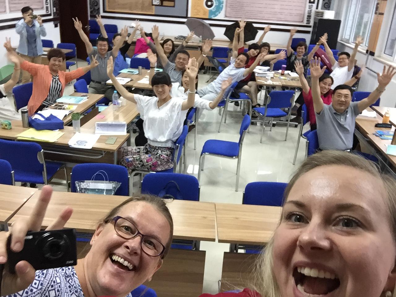 Sari Harmoinen ja Paula Vaskuri Chaoyangin huippuopettajien kanssa koulutusviikon keskiviikkoiltapäivänä, kun jäät oli puolina ja toisin sulaneet