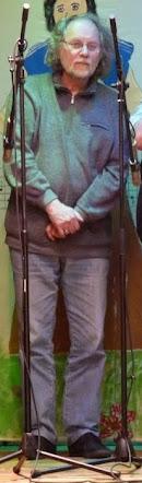 Uwe Koopmann, stehend zwischen Mikrofonen.