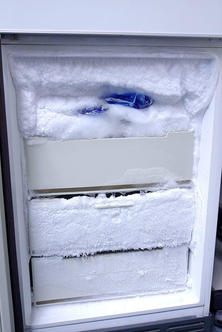 намораживает холодильник