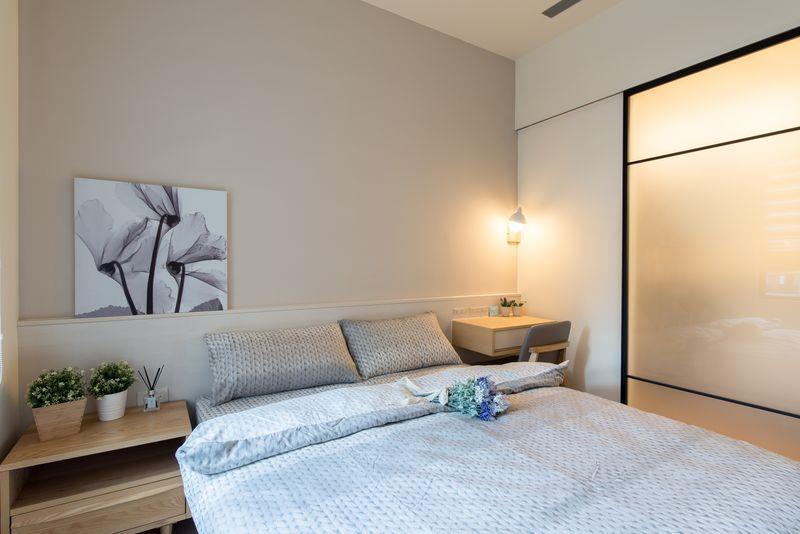 運用藕色背牆並搭配上白色細橫紋床頭設計簡單搭出北歐風臥室