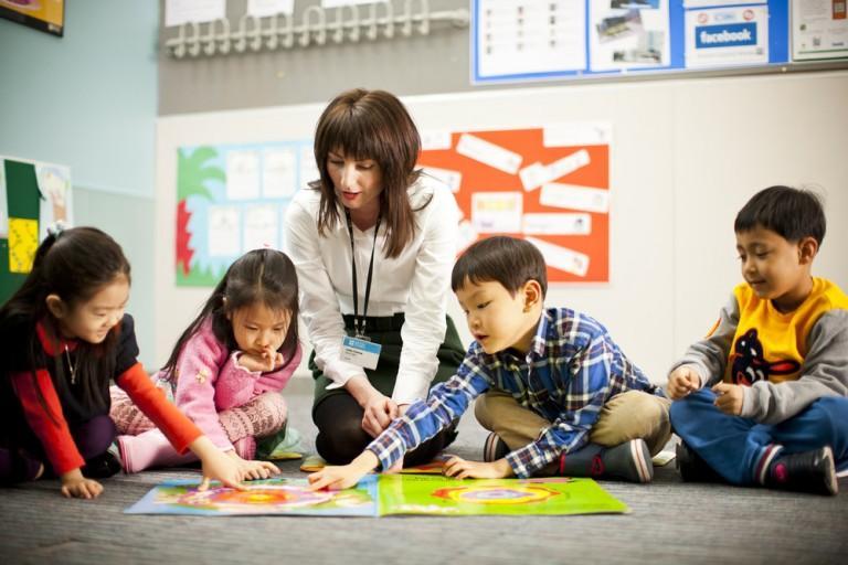 Làm quen với các từ ngữ cơ bản là điều cần thiết cho việc dạy tiếng Anh cho bé mẫu giáo