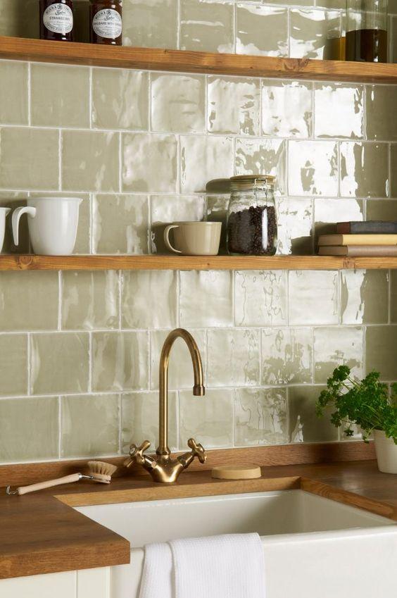 parede de pia da cozinha com azulejo com estampa lisa e cor neutra