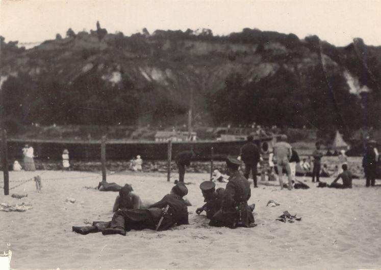 Німецькі вояки-охоронці на купальному пляжі. Труханів острів. Літо 1918-го