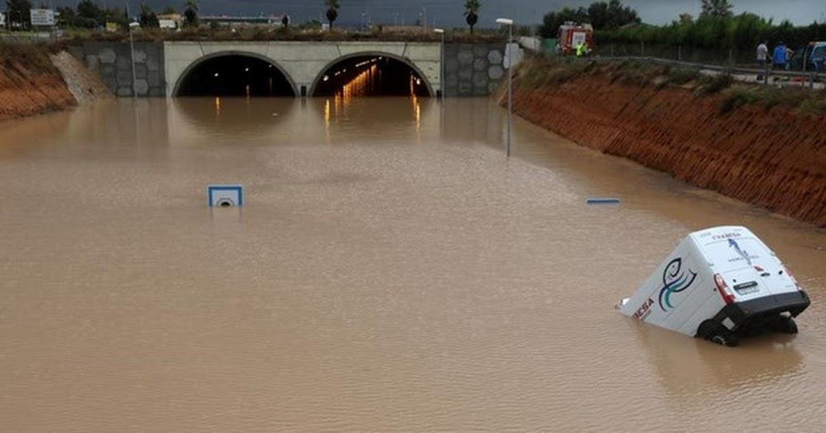 Tây Ban Nha: Mưa lớn cuốn trôi nhiều ôtô làm 3 người thiệt mạng